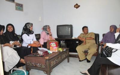 Segenap dewan guru Mts dan SMK bersilahturahmi ke rumah Ibu Mamik sekaligus menjenguk anak nya yang sakit.
